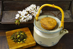 日本的茶壶用绿茶和佐仓开花 免版税图库摄影