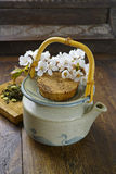 日本的茶壶用绿茶和佐仓开花 免版税库存照片