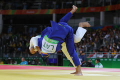 日本的青铜色奖章获得者Judoka Ryunosuke Haga白色的在反对拉脱维亚的Jevgenijs Borodavko的行动在人-100 kg比赛期间的 免版税库存照片