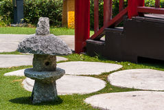 日本石灯笼,室外庭院照明设备 免版税库存照片