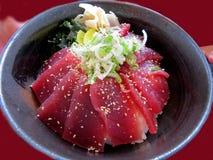 日本碗在米的金枪鱼 免版税图库摄影