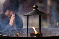 日本祈祷的妇女 免版税图库摄影