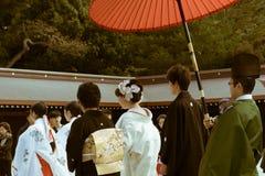 日本神道的信徒的婚礼的队伍在著名明治神宫的在东京,日本 库存图片