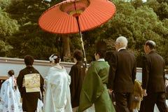 日本神道的信徒的婚礼的队伍在著名明治神宫的在东京,日本 免版税库存照片