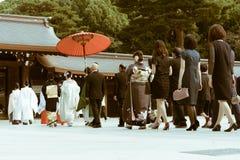 日本神道的信徒的婚礼的队伍在著名明治神宫的在东京,日本 免版税库存图片