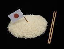 日本米和日本旗子在黑背景 库存图片