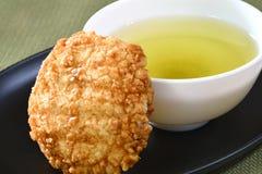 日本米薄脆饼干用绿茶 免版税图库摄影