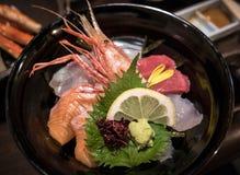 日本精妙的盘Kaisendon,在米的生鱼片 库存图片