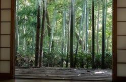 日本经典窗口和竹子庭院 库存照片