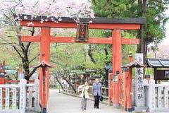 日本老人在春天参观到Hasedera寺庙 图库摄影