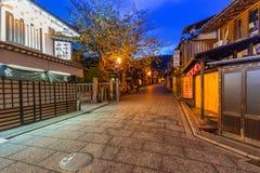 日本老镇在京都Higashiyama区在晚上 图库摄影