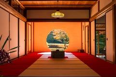 日本茶室内部看法在秋天 免版税库存图片