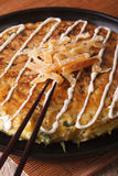 日本薄饼:在板材和筷子的okonomiyaki 垂直 免版税图库摄影