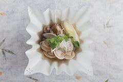 日本蛤蜊汤顶视图用纯净汤Asari与被切的日本薤和香菜的没有ushiojiru 免版税库存图片