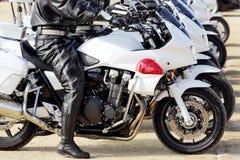 日本警察在摩托车供以人员 免版税库存照片