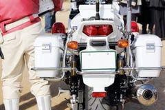 日本警察摩托车后面看法  图库摄影