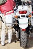 日本警察摩托车后面看法  库存图片