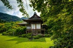 日本议院寺庙Okochi Sanso植物的日本庭院 免版税图库摄影