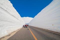 日本阿尔卑斯或馆山Kurobe雪山墙壁高山在阳光天有天空蔚蓝背景是一个  库存照片