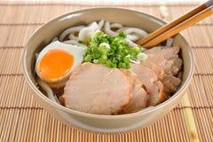 日本面条、乌龙面与鸡和煮沸的鸡蛋在大酱汤 免版税库存照片