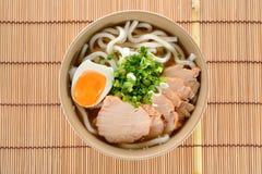 日本面条、乌龙面与鸡和煮沸的鸡蛋在大酱汤 免版税图库摄影
