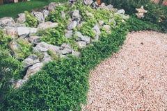 日本风格假山花园设计,美丽的装饰 库存照片