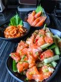 日本食物三文鱼tataki辣三文鱼沙拉用三文鱼生鱼片新鲜的未加工的三文鱼肉和hotate kimuchi辣煮沸的sca 免版税库存照片