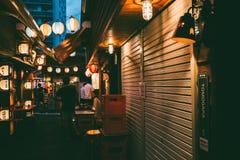 日本食物夜视图在冲绳岛,日本使亚泰队街道失去作用 免版税库存照片