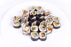 日本食物餐馆、寿司maki gunkan卷板材或者盛肉盘集合 加利福尼亚滚动与三文鱼 在白色的Tomatoes.Isolated 库存图片
