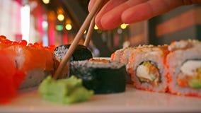 日本食物餐馆 妇女采撷滚动与筷子接近的录影 影视素材