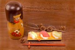 日本食物,与筷子的寿司在木桌上围住backgr 免版税库存图片