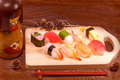 日本食物,与筷子的寿司在木桌上围住backgr 库存图片