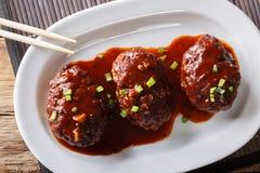日本食物:汉堡牛排或hambagu用一个辣调味汁在a 库存照片