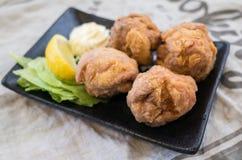 日本食物:炸鸡karaage用柠檬 图库摄影