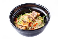 日本食物 与菜和油煎的三文鱼的米在一个黑碗 在白色背景隔绝的日本食物盘 库存照片