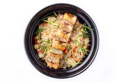 日本食物 与菜和油煎的三文鱼的米在一个黑碗 在白色背景隔绝的日本食物盘 库存图片