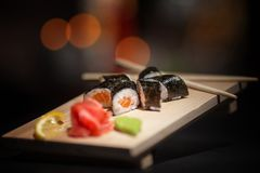 日本食物 在一个木板的开胃寿司 免版税库存图片
