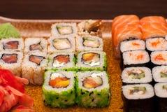 日本食物-寿司和生鱼片 侧视图水平的图象 免版税库存照片