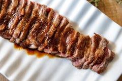日本食物wafu牛排在白色板材服务用酱油, w 图库摄影