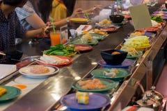 日本餐馆传送带自助餐 库存图片