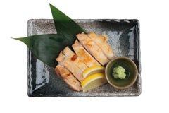 日本鸡被隔绝的顶视图烤了与海盐服务用切的柠檬和山葵在石长方形板材 库存照片