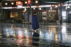 日本,京都-传统日本妇女画象  Gion区在晚上 库存图片