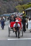 日本,Arashiyama,04/06/2017 在无盖货车的日本夫妇 免版税库存图片