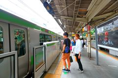 日本:在地面上的小火车 免版税库存图片