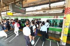 日本:在地面上的小火车 库存图片