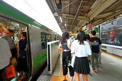 日本:在地面上的小火车 库存照片