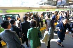 日本:在地面上的小火车 免版税图库摄影