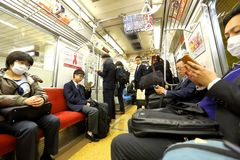 日本:小火车passangers 图库摄影