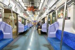 日本:小火车passangers 免版税库存图片