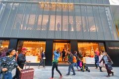 日本:沿银座街道的瓦伦蒂诺商店  免版税库存照片
